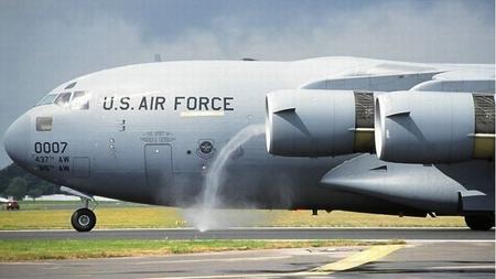 人会被飞机引擎吸进去吗?